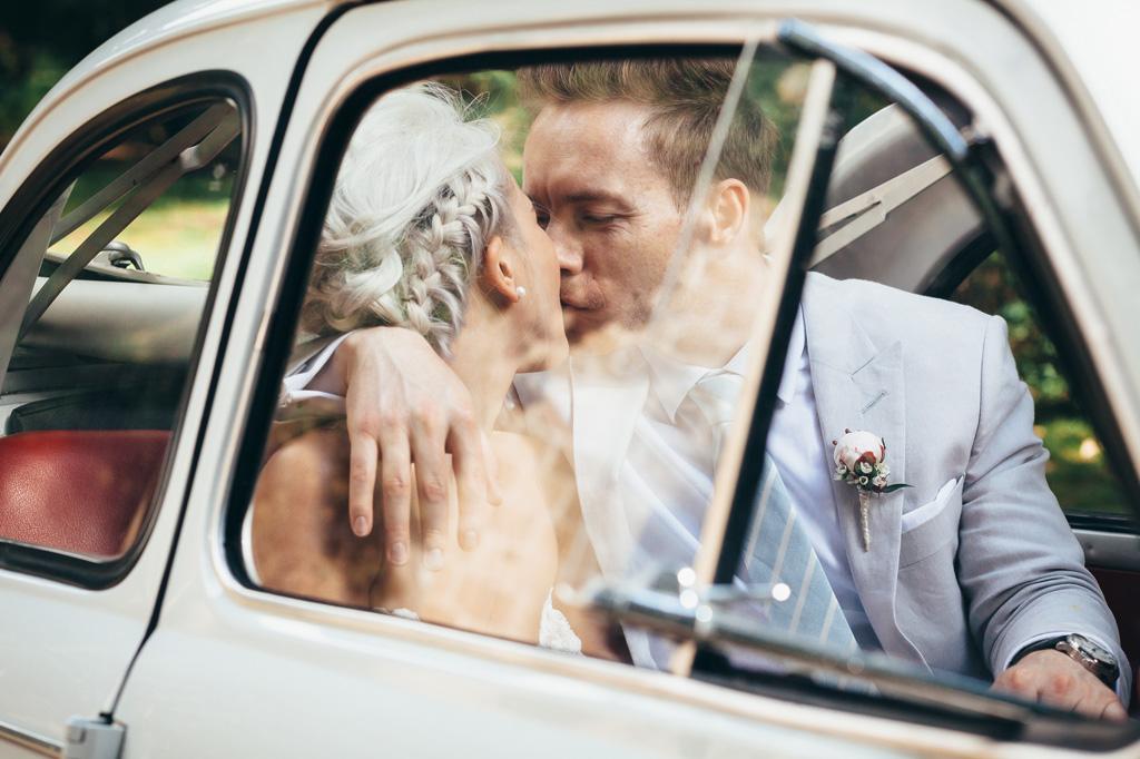 Lloyd e Kim si baciano in macchina ripresi dal finestrino