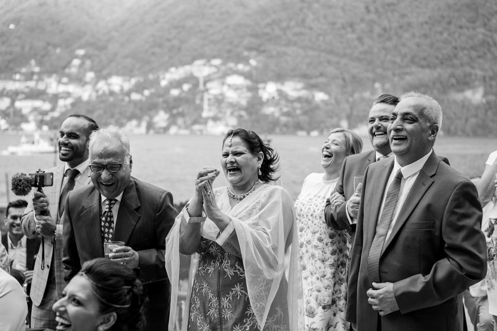 La madre dello sposo applaude commossa la nuova coppia di sposi in un momento toccate ripreso da Alessandro Della Savia