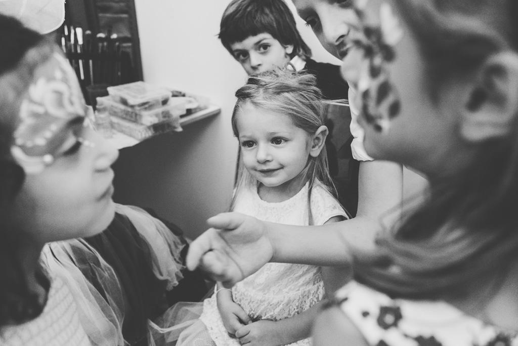 Una bambina sorride serenamente alle invitate