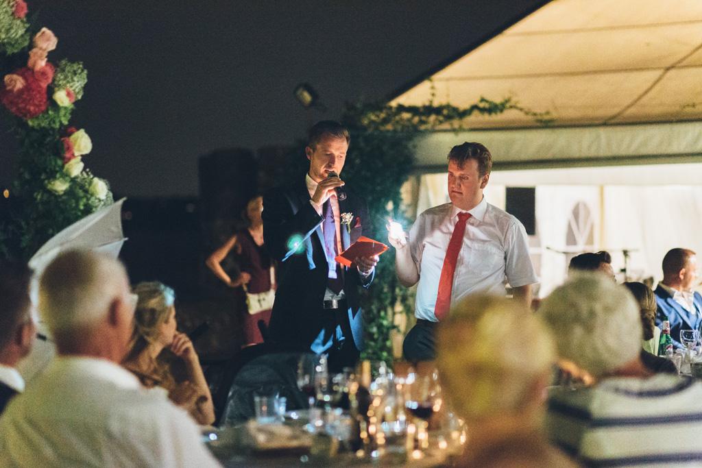 Lo sposo Martin enuncia un discorso davanti agli ospiti