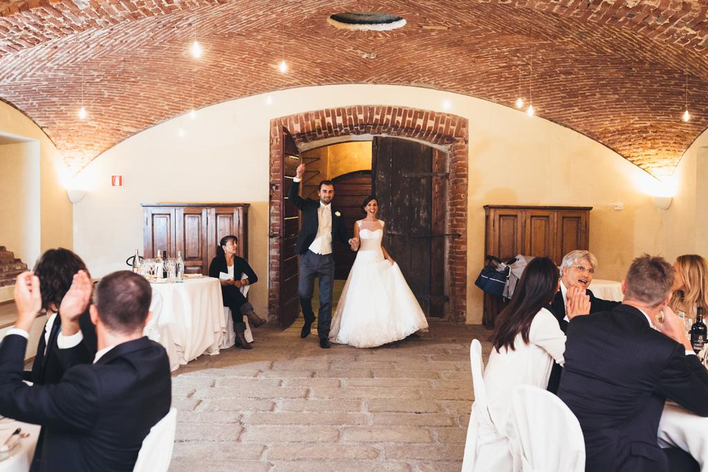 Federico e Silvia entrano nella sala di ricevimento