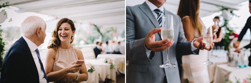 Gli ospiti si divertono e brindano durante il ricevimento