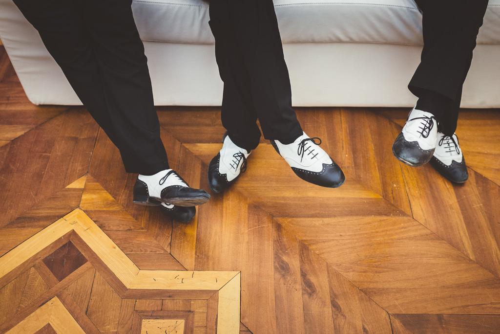 Un dettaglio delle eccentriche scarpe degli invitati