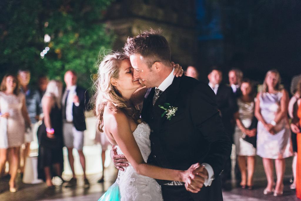 I due sposi, Martin e Kathrin, danzano davanti agli ospiti