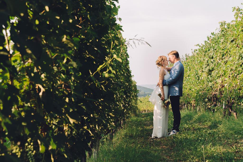 I due sposi posano per il fotografo Alessandro Della Savia per un sentiero rurale