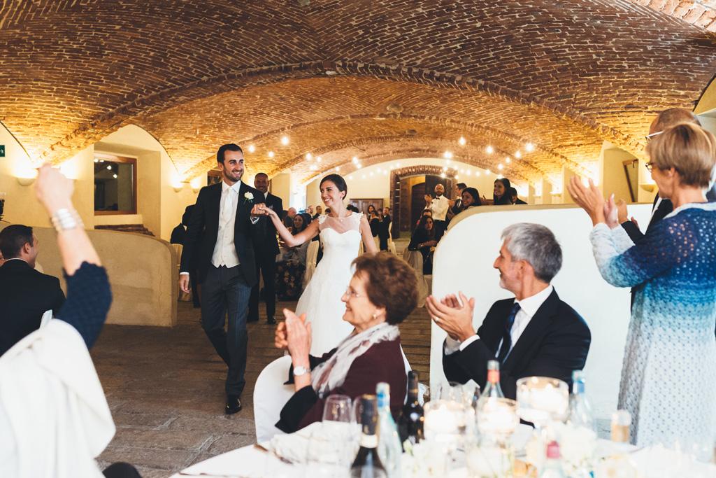Gli ospiti applaudono fragorosamente l'entrata di Federico e Silvia