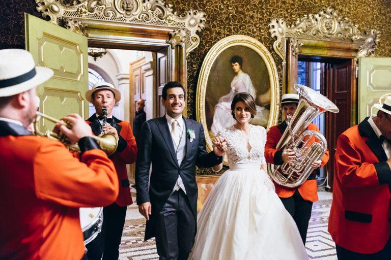 I due sposi vengono accolti all'interno della villa da una banda di musicisti