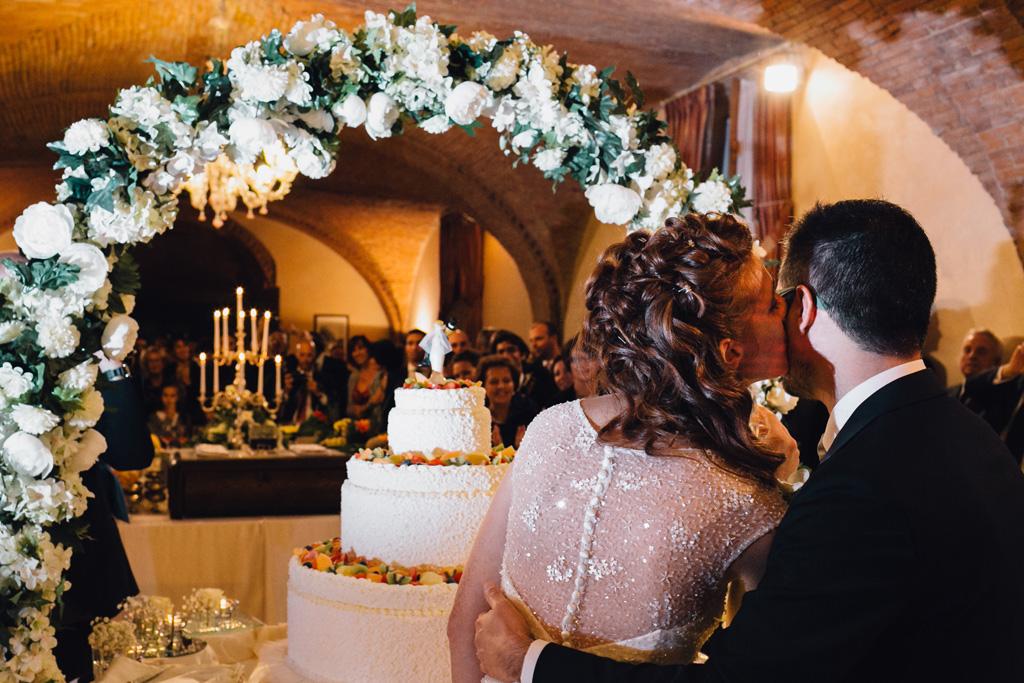 Gli sposi, Davide e Arianna, si preparano per il taglio della torta