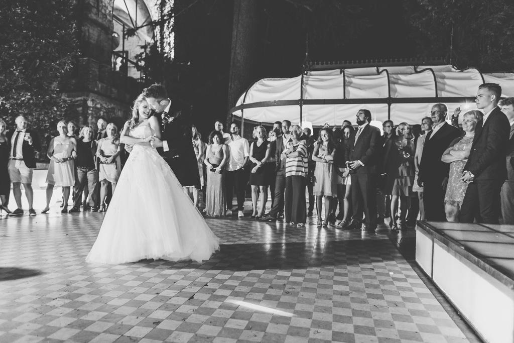 Martin stringe Kathrin mentre ballano un lento romantico ripreso da Alessandro Della Savia