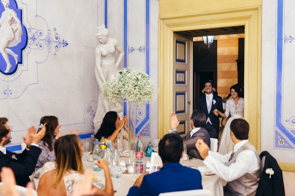 I due sposi vengono accolti sono acclamati dagli ospiti
