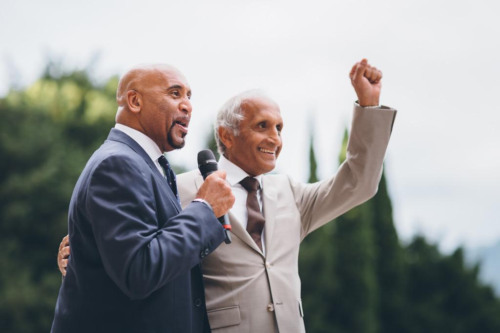 Alcuni invitati avanzano congratulazioni per gli sposi