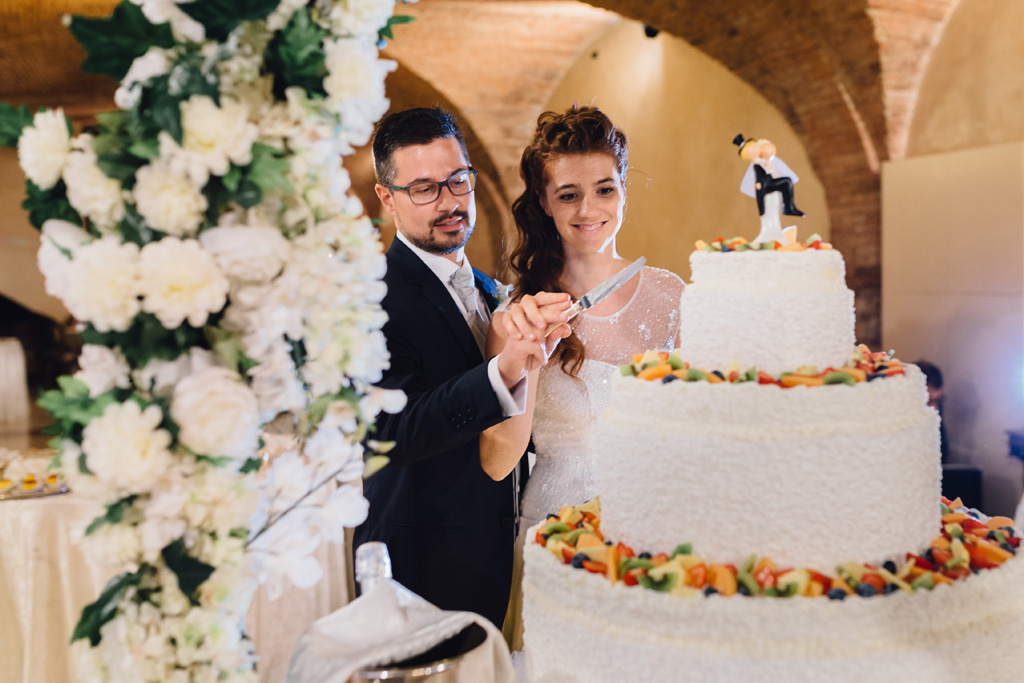 Arianna e Davide tagliano la prima fetta della torta