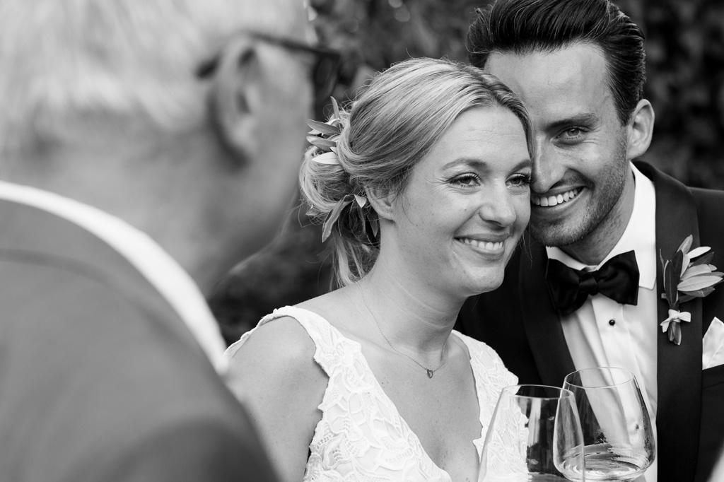 Gli sposi scambiano parole e sorrisi durante il brindisi