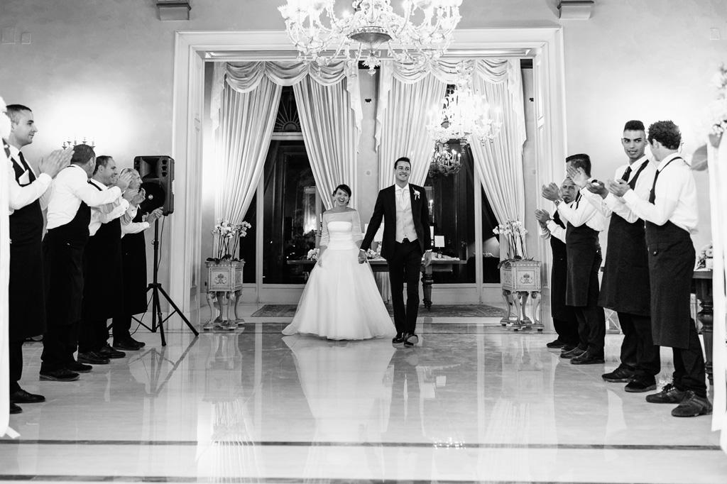 Gli sposi vengono accolti con un applauso in sala di ricevimento