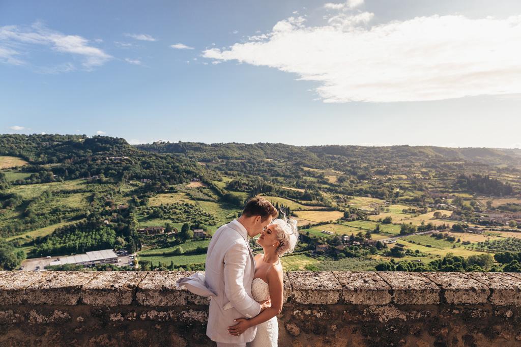 Gli sposi si baciano con la suggestiva cornice di Orvieto