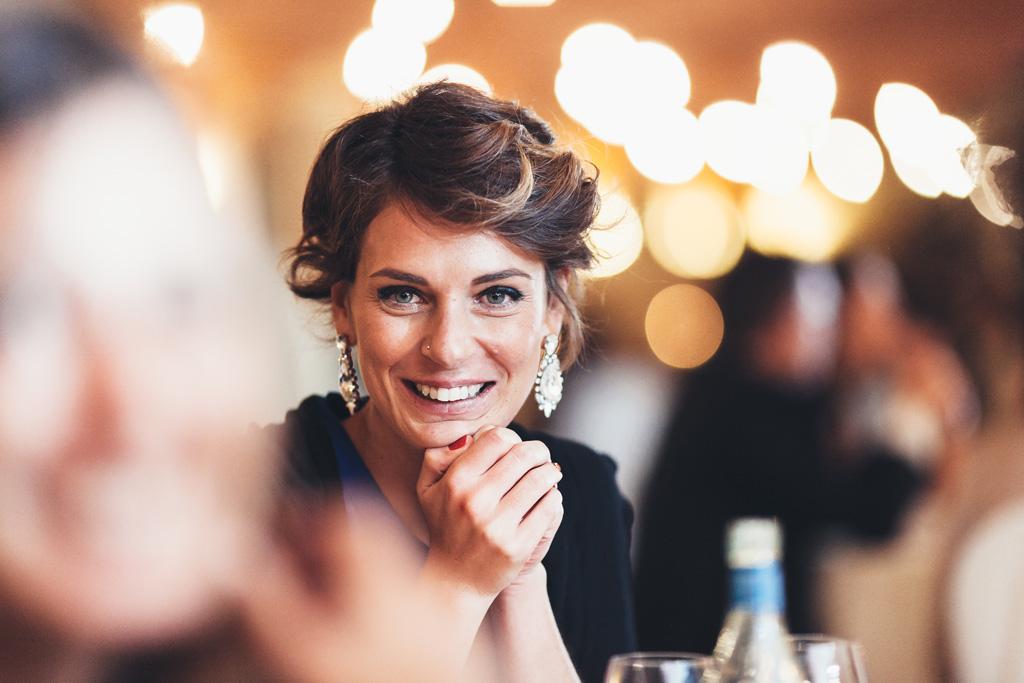 Un'invitata è ritratta con un effetto bokeh molto suggestivo