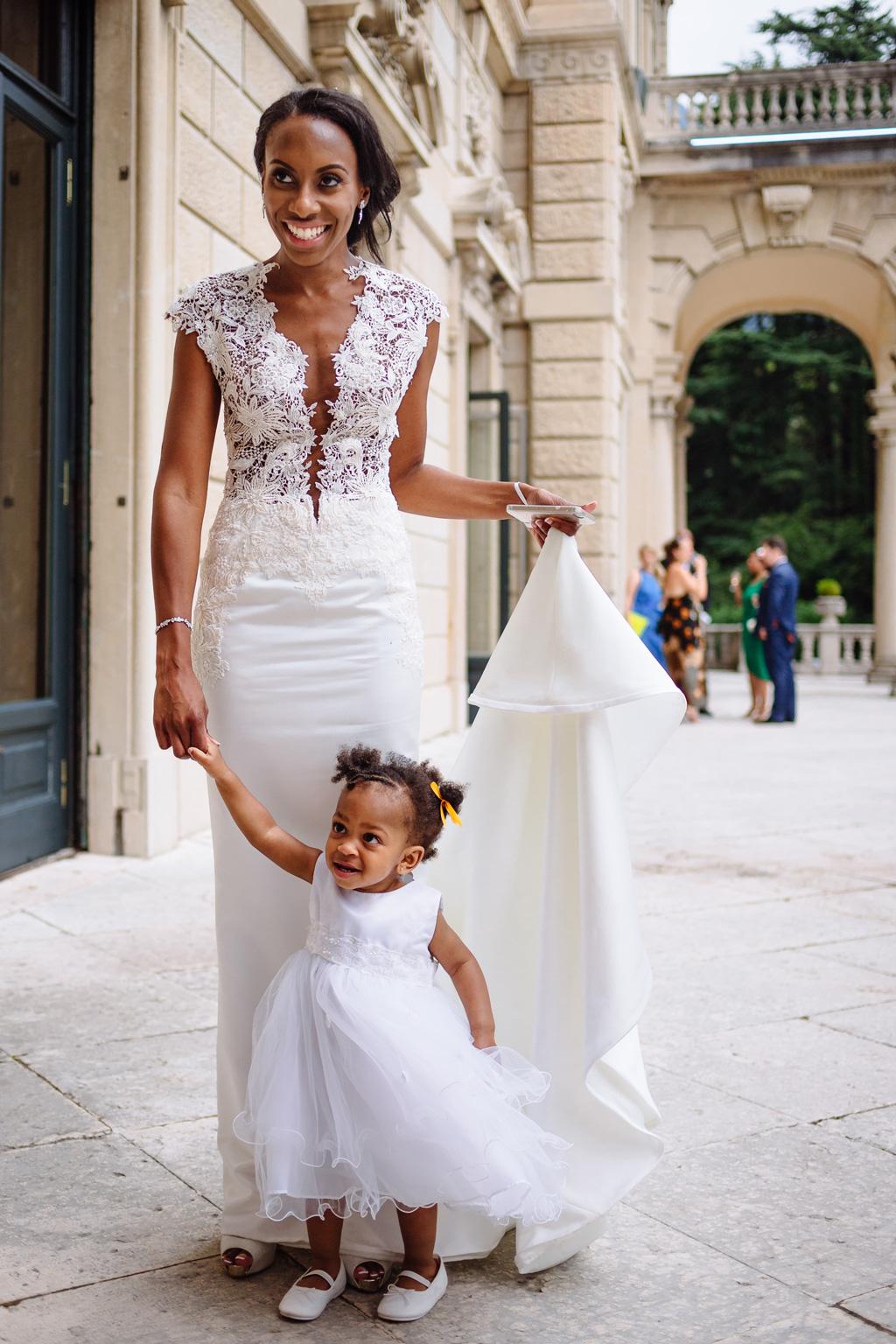 La sposa Ayesha è in dolce compagnia di una bambina