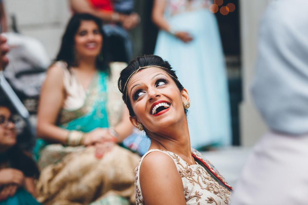 La sposa Reena sorride allegramente durante i discorsi degli invitati