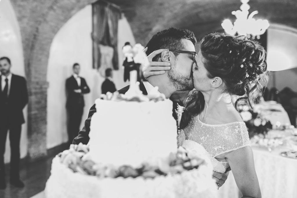 I due sposi si scambiano un bacio romantico