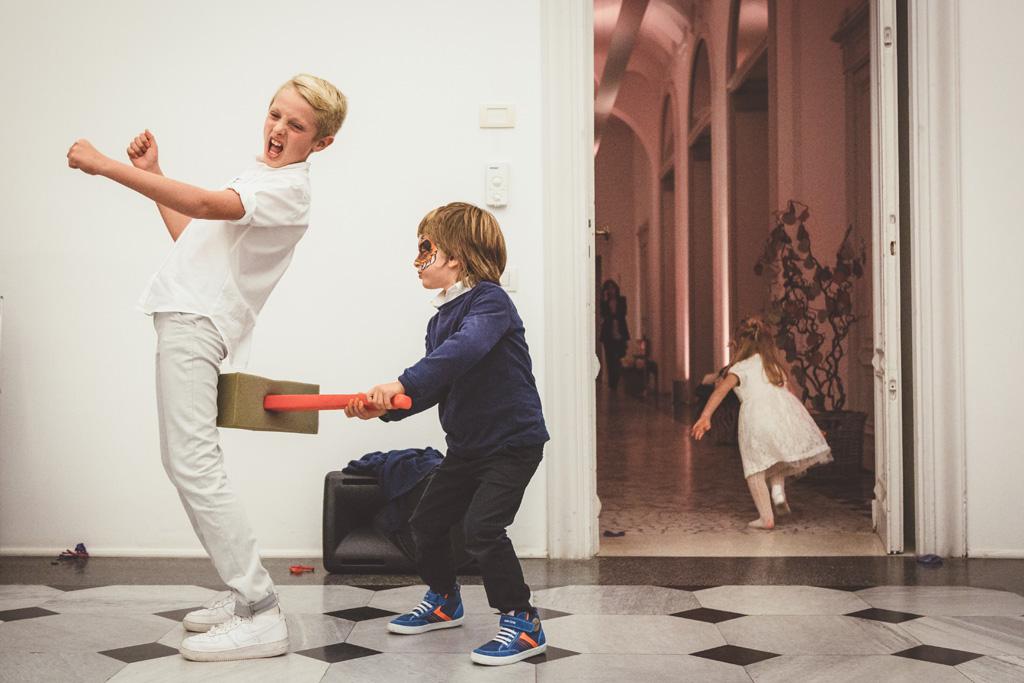 Alcuni bambini mascherati giocano nel corridoio di Villa Brumello