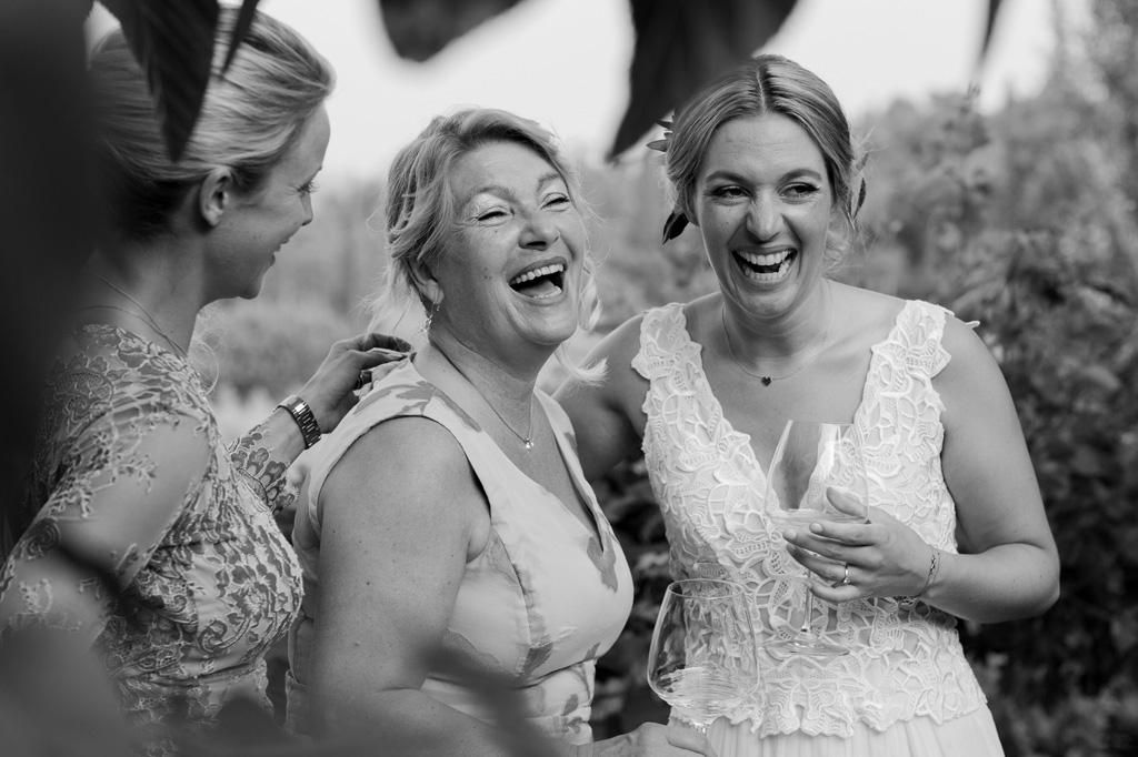 La sposa ride in compagnia della madre
