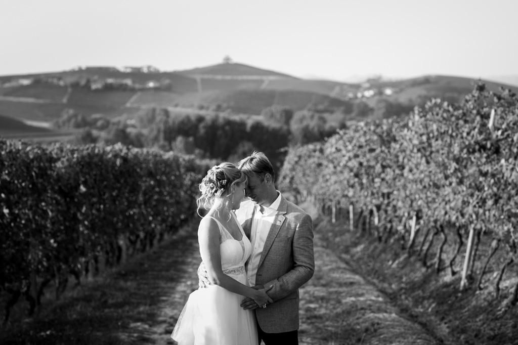I volti degli sposi si toccano dolcemente in uno scatto del fotografo Alessandro Della Savia