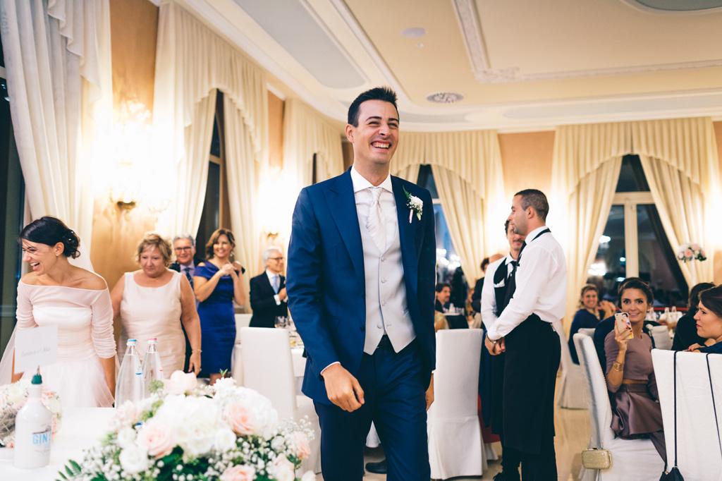 Lorenzo ha un sorriso raggiante durante la festa di ricevimento