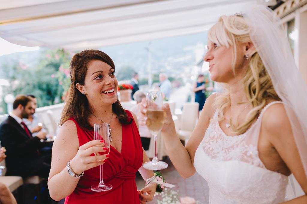 Gli ospiti brindano in compagnia della sposa durante il ricevimento