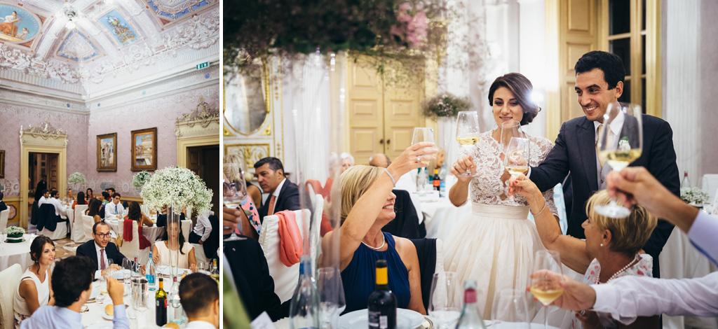 Gli sposi alzano i bicchieri insieme agli invitati durante il ricevimento