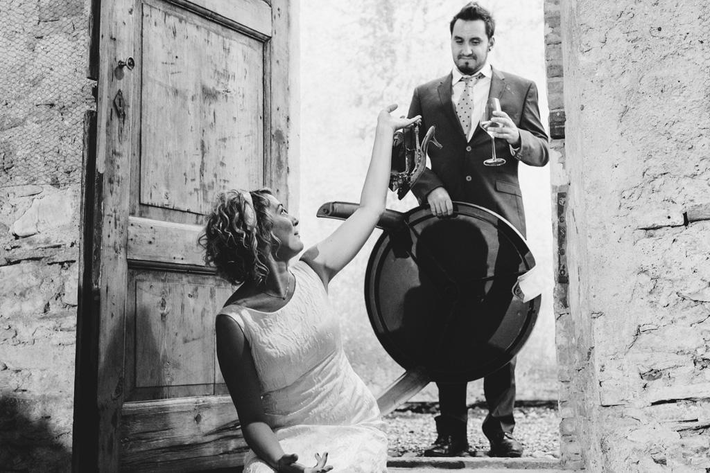 La sposa Lidia mostra i tacchi a un invitato