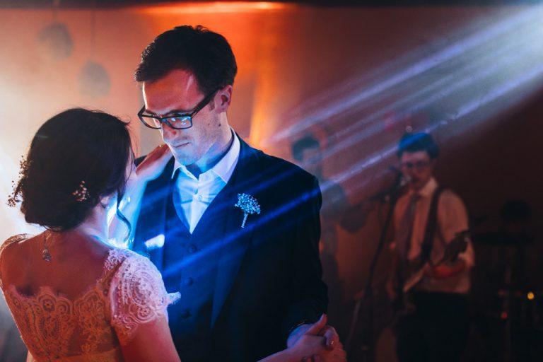 Gli sposi ballano un un lento illuminati da una luce stroboscopica