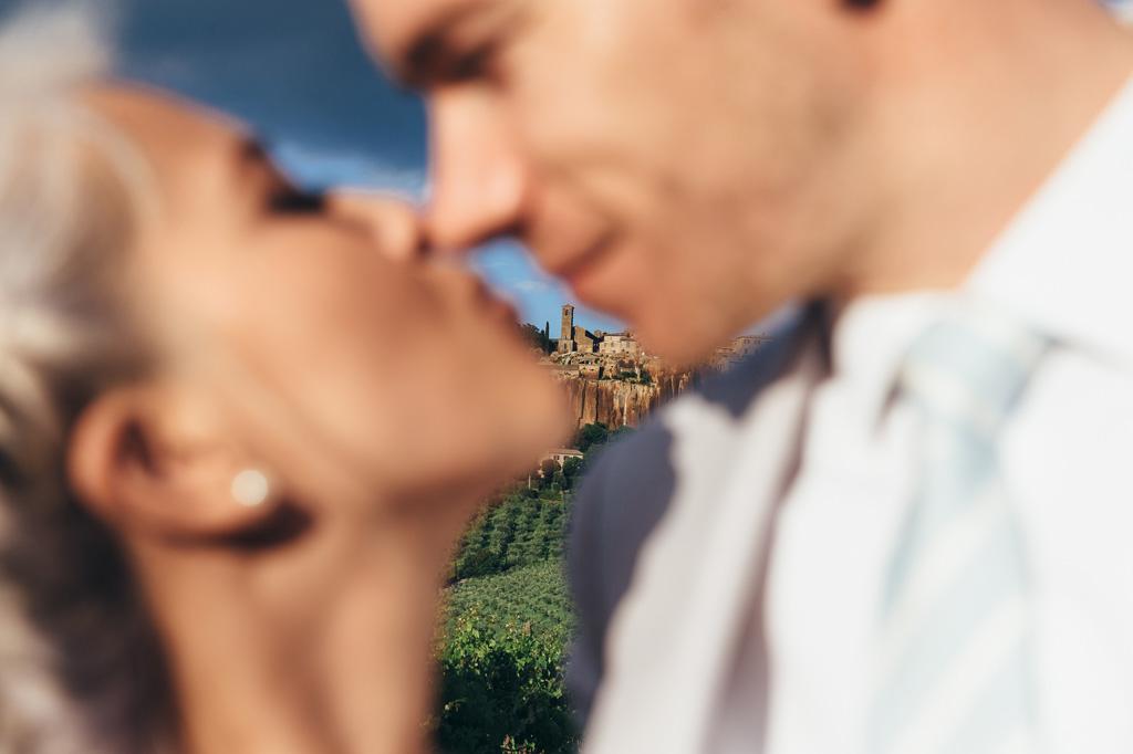 I due sposi si baciano davanti allo scorcio medioevale di Orvieto