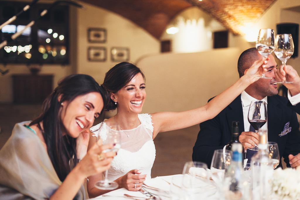 Silvia alza un bicchiere a tavola