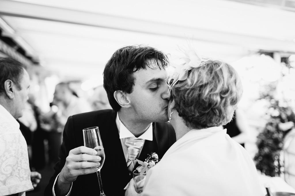 Danilo bacia la madre durante il ricevimento