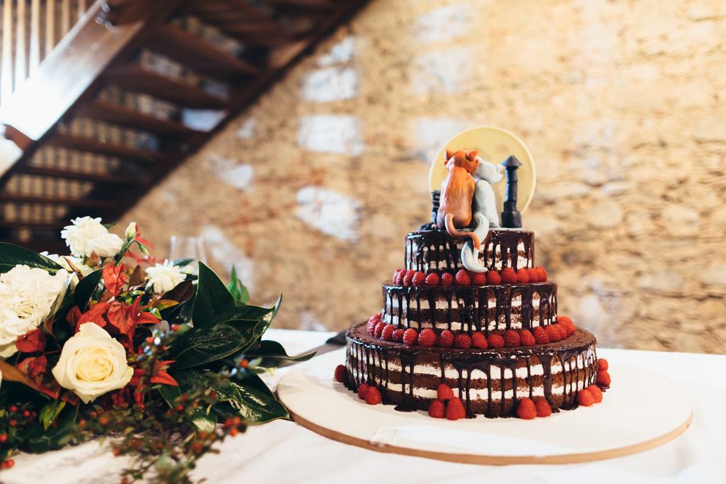 La torta nunziale è ornata da due gatti in miniatura