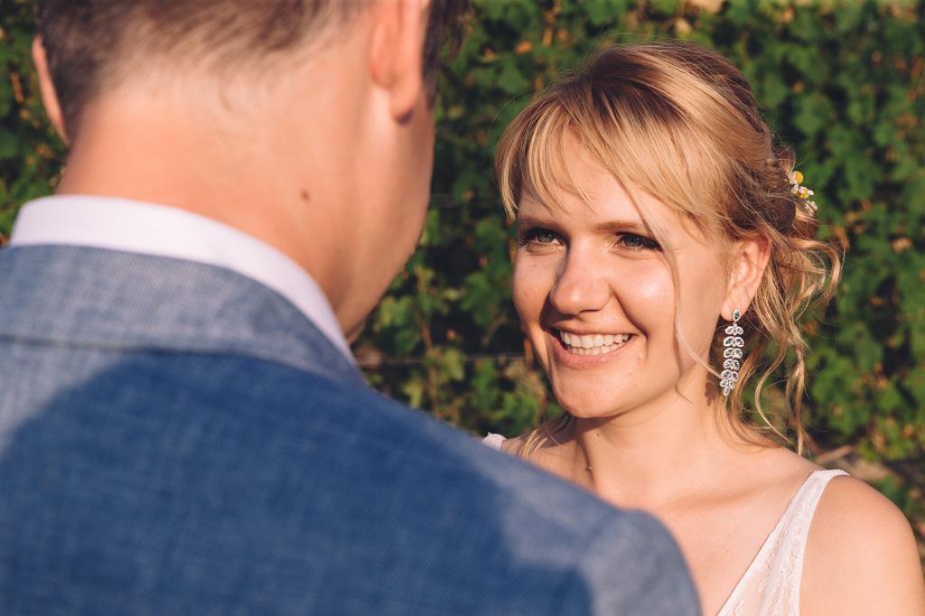 Tatiana osserva sorridente gli occhi dello sposo