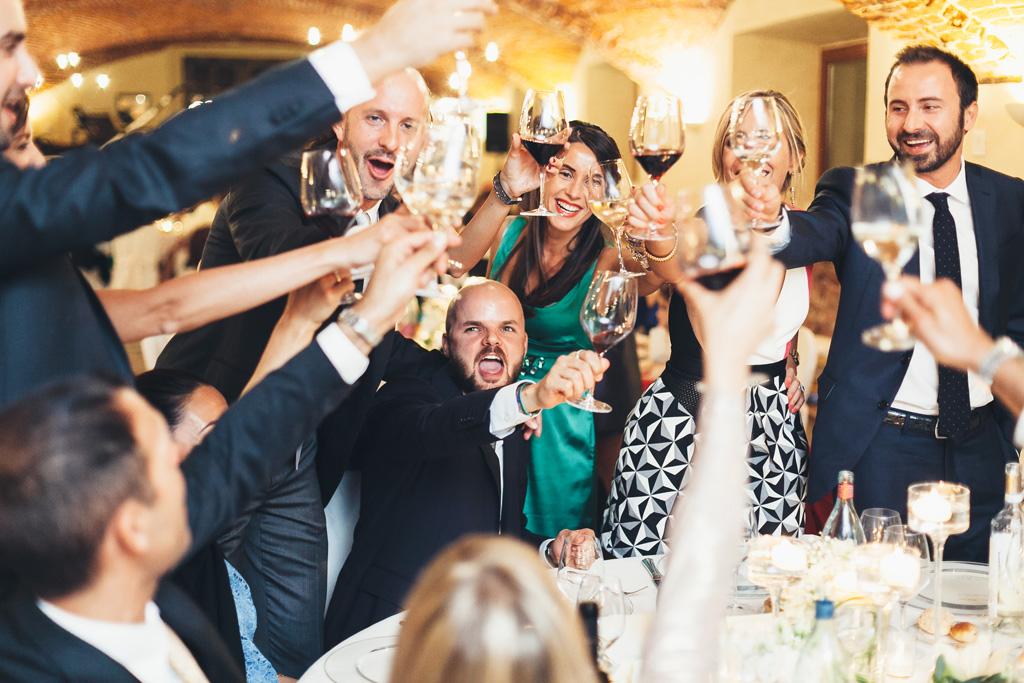 Gli invitati festeggiano i due sposi Federico e Silvia in uno scatto di Alessandro Della Savia
