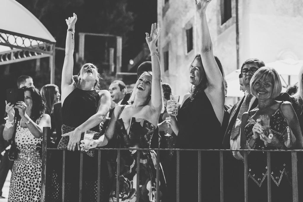 Le invitate esultato impazzite sopra il balcone di Villa del Cardinale a Rocca di Papa
