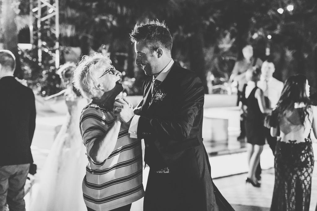 Lo sposo danza con un'invitata dopo il ricevimento
