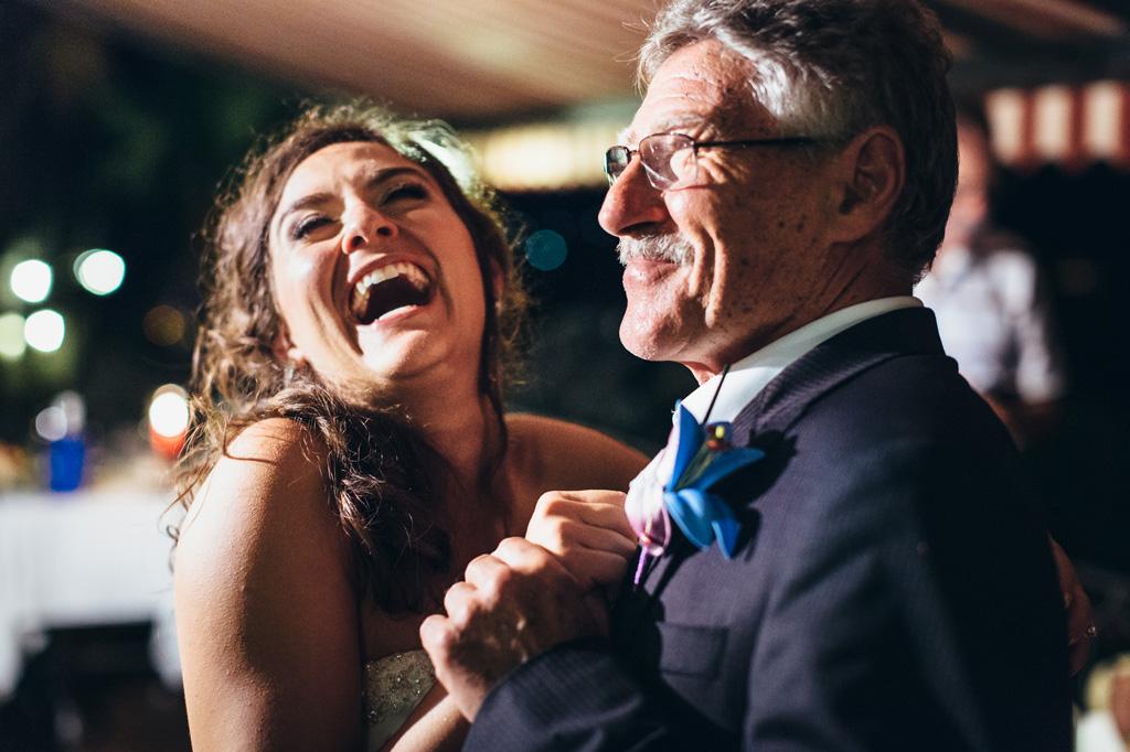 La sposa danza con amici e parenti