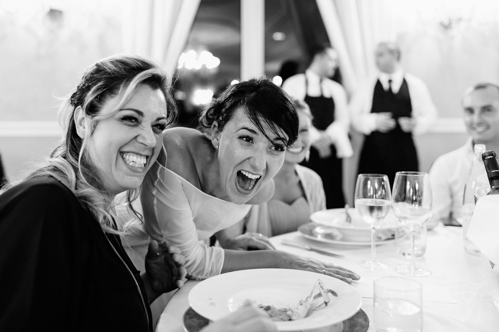 La sposa si intrattiene con gli invitati durante il banchetto