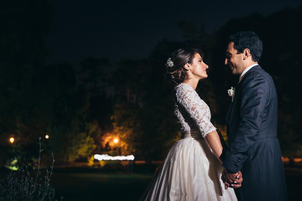 Beatrice e Riccardo si guardano intensa mente nel giardino di Villa Caroli a Bergamo