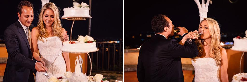 I due sposo, Emmanuel e Brittney, si apprestano a tagliare la torta nunziale in uno scatto di Della Savia, fotografo di Milano
