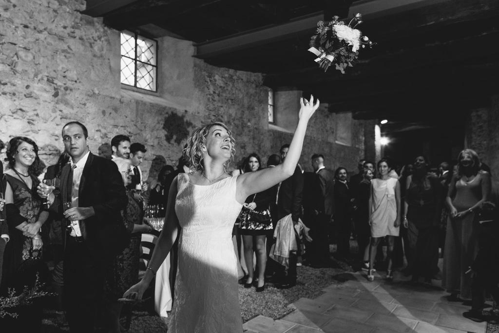 La sposa lancia il bouquet in direzione delle invitate