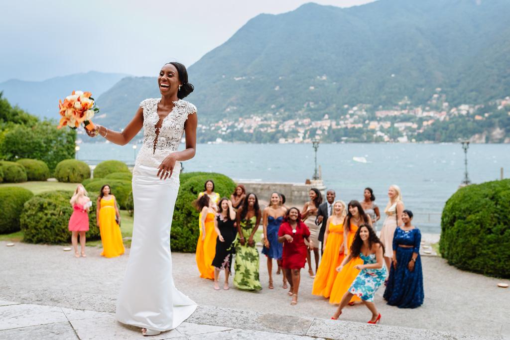 La sposa Ayesha è pronta al lancio del bouquet nel cortile di Villa Erba a Como
