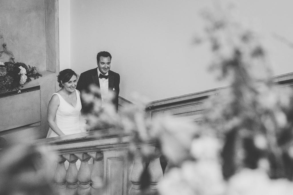 Luca e Daniela salgono le scale di Villa Grumello presso Como