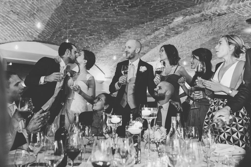 I due sposi si baciano tra lo stupore degli invitati