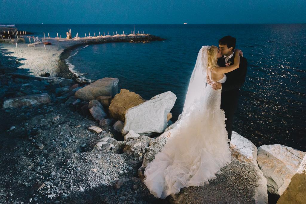 Danilo e Giorgia si baciano con il paesaggio mozzafiato di Sanremo in uno scatto di Alessandro Della Savia