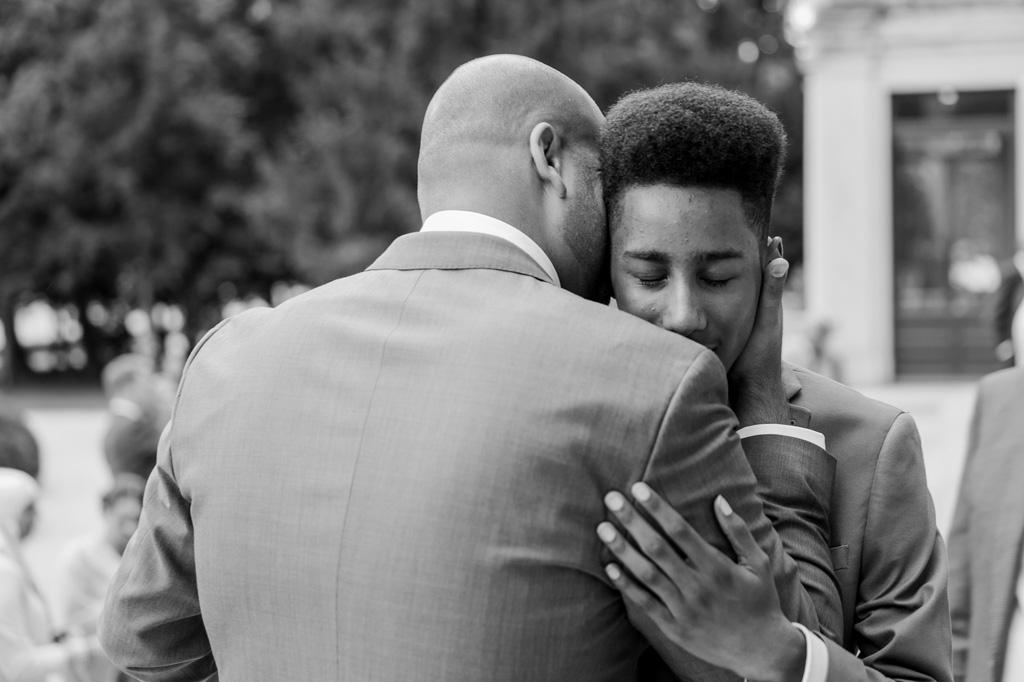 Lo sposo abbraccia dolcemente un ospite