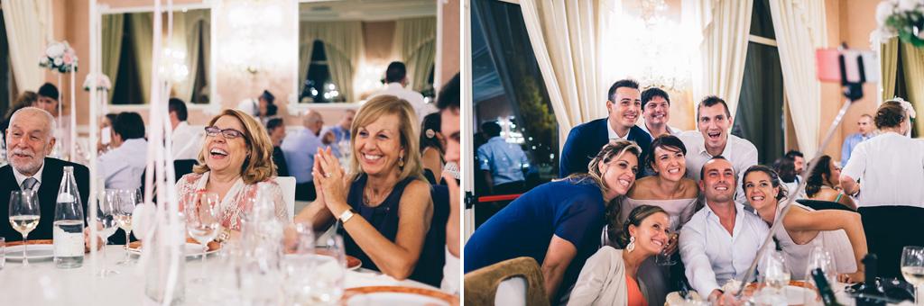 Gli ospiti scherzano, mangiano e scattano seflie durante il ricevimento